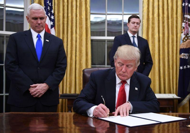 Ông Trump sẽ phải viết lại một sắc lệnh ít cứng rắn hơn? Ảnh: GETTY IMAGES