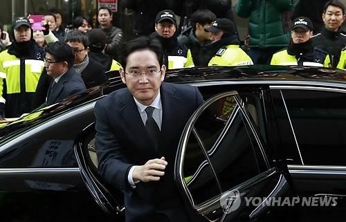 Thái tử Samsung Lee Jae-yong đến văn phòng công tố đặc biệt ở Seoul sáng 13-2. Ảnh: YONHAP