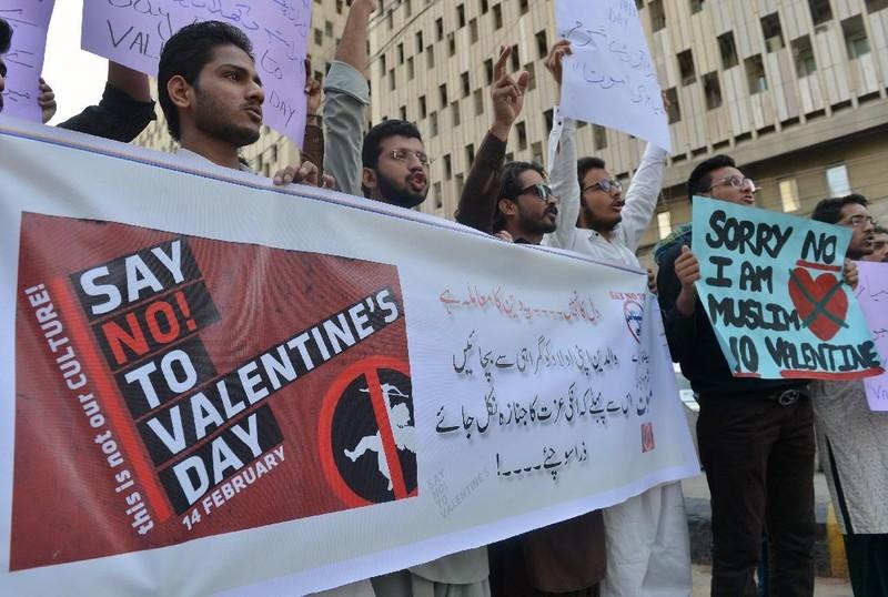 Biểu tình phản đối ngày Valentine ở Pakistan ngày 12-2. Ảnh: REUTERS