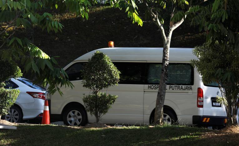 Xe chở thi thể ông Kim Jong-nam từ bệnh viện Putrajaya sang bệnh viện Đa khoa Kuala Lumpur ngày 15-2. Ảnh: REUTERS