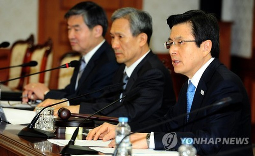 Quyền Tổng thống Hàn Quốc Hwang Kyo-ahn (phải) họp khẩn với Hội đồng An ninh Quốc gia về vụ ông Kim Jong-nam bị ám sát. Ảnh: YONHAP