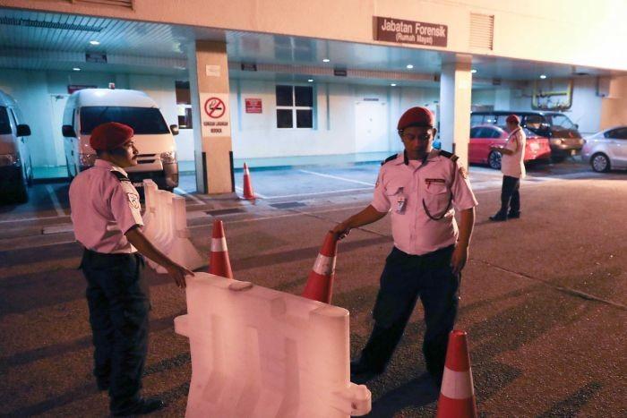 Cảnh sát canh gác bệnh viện Putrajatal (Malaysia) nơi ông Kim Jong-nam được đưa vào nhưng đã chết. Ảnh: AP