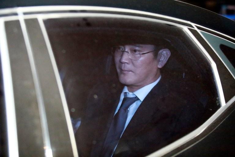 Ông Lee Jae-yong được đưa về Trung tâm Giam giữ Seoul sáng 17-2. Ảnh EPA