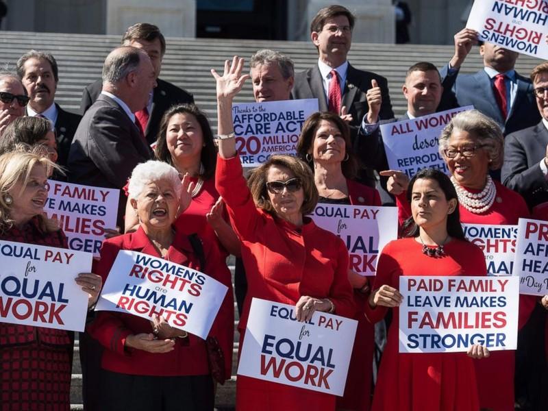 Lãnh đạo phe thiểu số Dân chủ tại Hạ viện Nancy Pelosi và các nữ nghị sĩ Dân chủ họp báo vì quyền phụ nữ ở thủ đô Washington (Mỹ) ngày 8-3. Ảnh: AFP