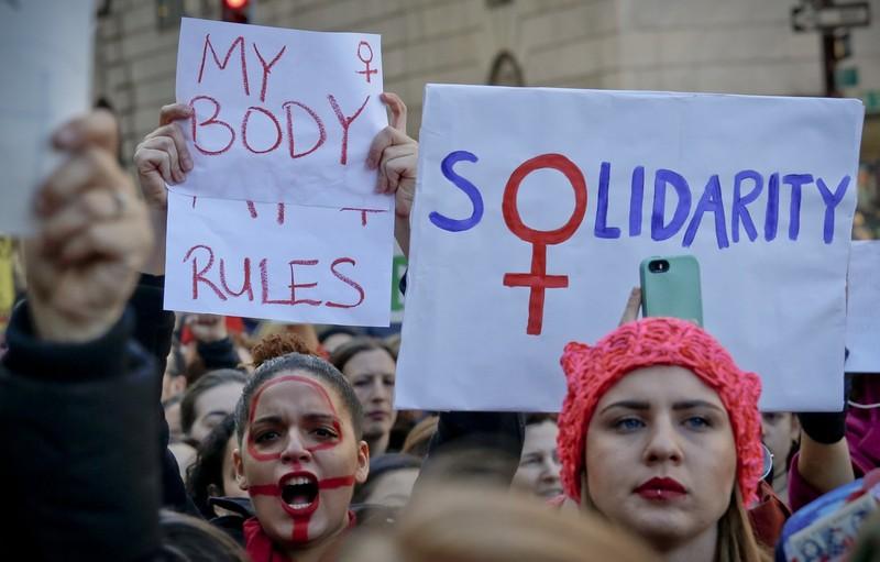 Phụ nữ tuần hành gần cao ốc Trump Tower ở New York (Mỹ) ngày 8-3. Ảnh: AP