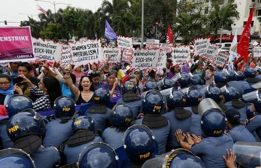 Tuần hành vì quyền phụ nữ ở Manila (Philipines) ngày 8-3. Ảnh: AP