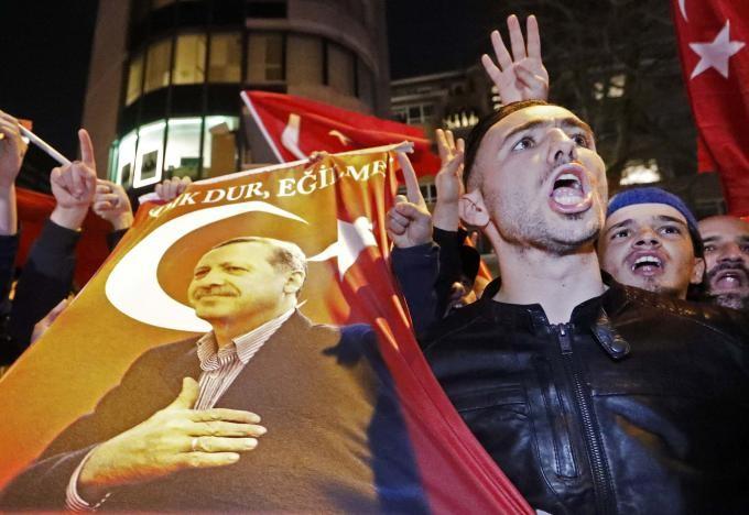 Biểu tình trước lãnh sự quán Thổ Nhĩ Kỳ ở Rotterdam (Hà Lan) ngày 11-3. Ảnh: REUTERS
