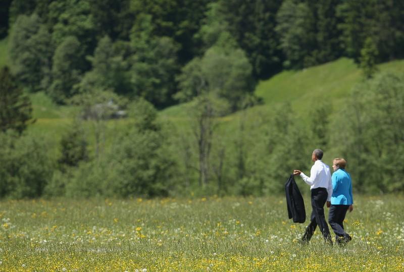 Thủ tướng Merkel và Tổng thống Obama đi dạo lúc tham gia hội nghị G7 ở Đức tháng 7-2015. Ảnh: REUTERS