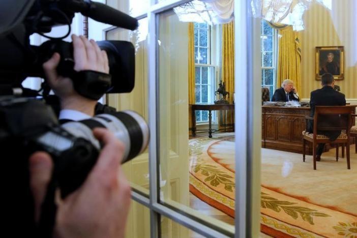 Tổng thống Mỹ Donald Trump điện đàm với Thủ tướng Đức Angela Merkel từ phòng Bầu dục, Nhà Trắng ngày 28-1. Ảnh: REUTERS