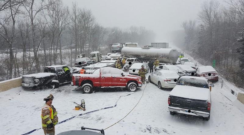 Đường phố hỗn loạn vì tuyết rơi dày ở Connecticut (Mỹ) ngày 13-3. Ảnh: TWITTER