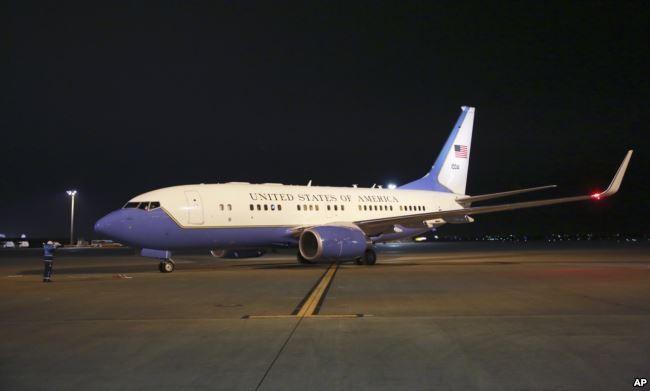 Chiếc Boeing 737 chở Ngoại trưởng Rex Tillerson công du châu Á đủ khả năng chở nhiều phóng viên, tại sân bay quốc tế Haneda ở Tokyo (Nhật) tối 15-3. Ảnh: AP