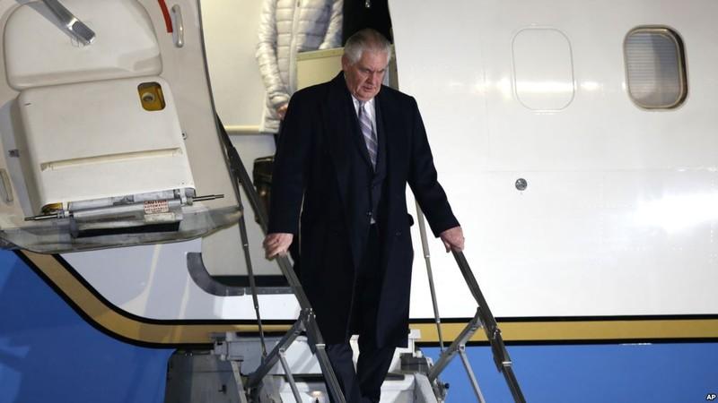 Ngoại trưởng Mỹ Rex Tillerson đến sân bay quốc tế Haneda ở Tokyo (Nhật) tối 15-3. Ảnh: AP