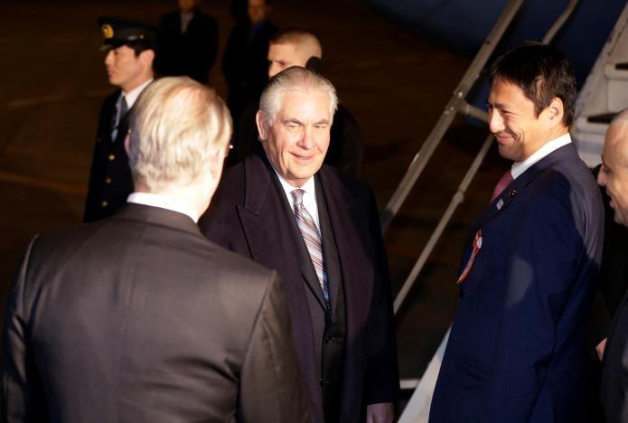 Ngoại trưởng Mỹ Rex Tillerson (giữa) được phía Nhật tiếp đón tại sân bay quốc tế Haneda ở Tokyo (Nhật) tối 15-3. Ảnh: AP