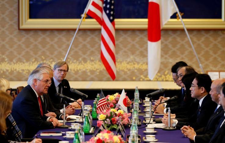 Phái đoàn ngoại giao Mỹ (trái) hội đàm cùng phái đoàn ngoại giao Nhật ngày 16-3 tại Nhật. Ảnh: REUTERS