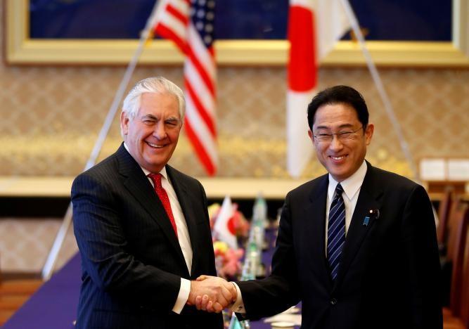 Ngoại trưởng Mỹ Rex Tillerson (trái) và Ngoại trưởng Nhật Fumio Kishida gặp nhau tại Nhật ngày 16-3. Ảnh: REUTERS