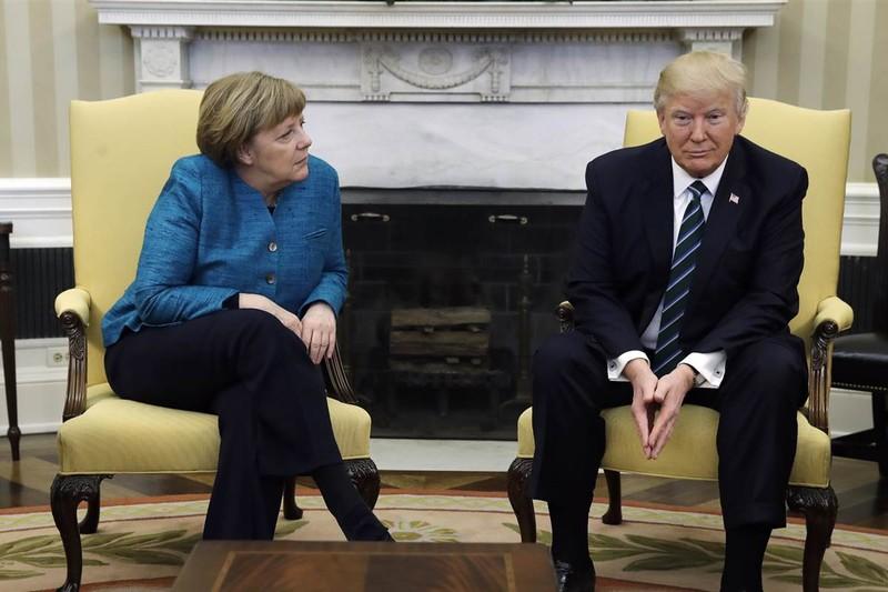 Thủ tướng Merkel đề nghị Tổng thống Trump bắt tay nhưng không được đáp lại. Ảnh: NBC NEWS