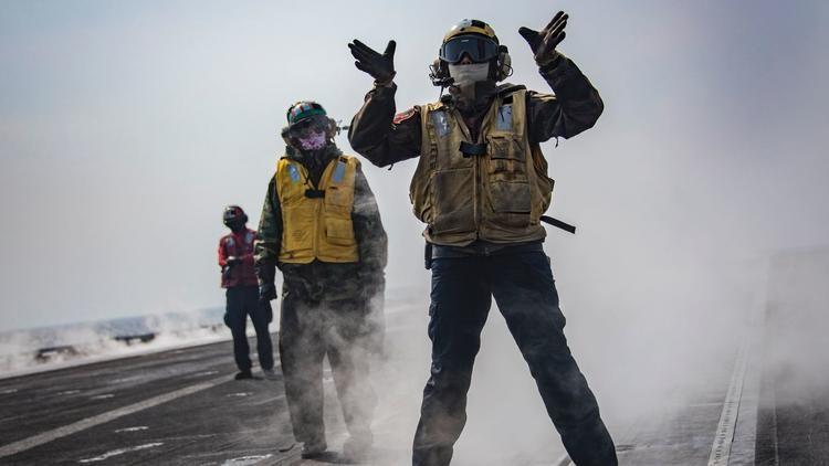 Binh sĩ tập trận trên tàu sân bay USS Carl Vinson của Mỹ tại vùng biển phía đông bán đảo Triều Tiên ngày 12-3, một phần của cuộc tập trận chung Đại bàng non kéo dài từ đầu tháng 3 đến hết tháng 4. Ảnh: AFP