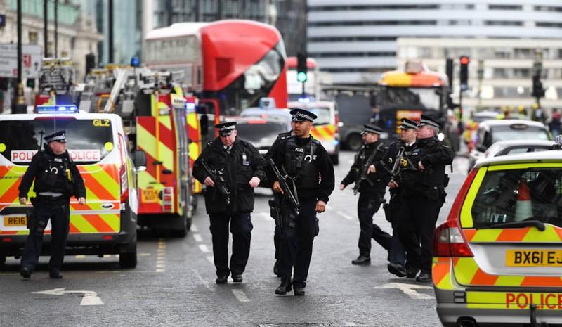 Cảnh sát phong tỏa hiện trường vụ tấn công nghi khủng bố trước Quốc hội Anh ngày 22-3. Ảnh: EPA