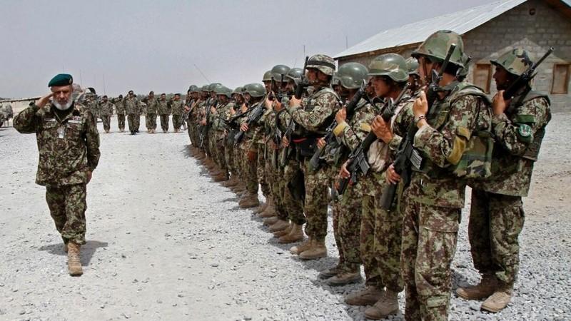 Binh sĩ Afghanistan đang được binh sĩ Mỹ huấn luyện. Ảnh: AP