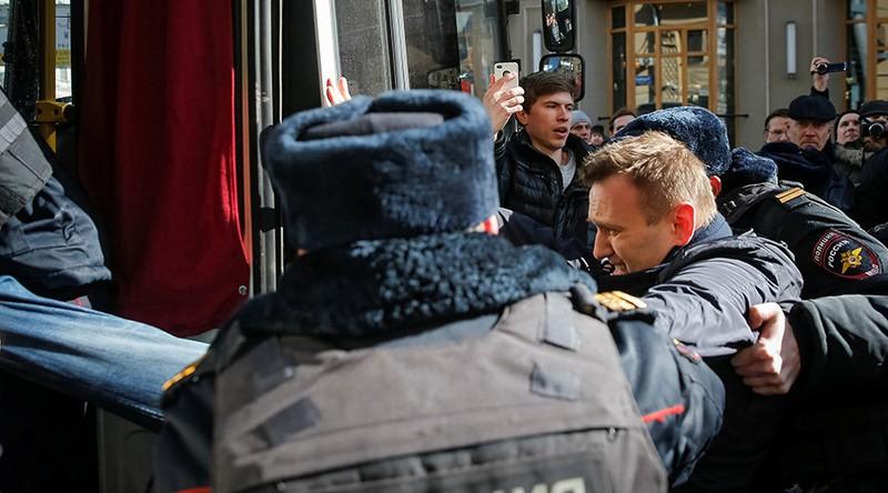 Nhân vật đối lập Alexey Navalny bị bắt tại thủ đô Moscow (Nga) ngày 26-3. Ảnh: REUTERS