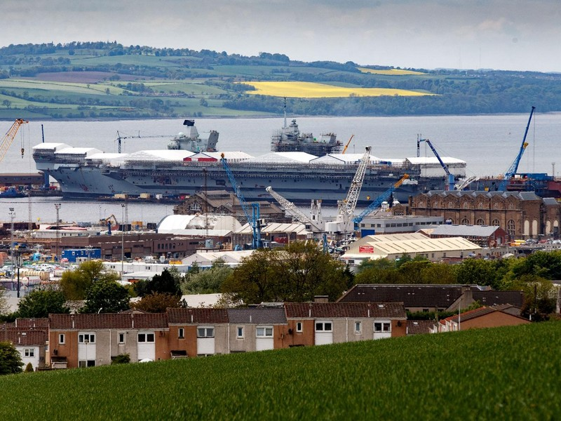 Tàu sân bay HMS Queen Elizabeth của Anh được cho là không đỡ nổi tên lửa siêu thanh Zircon của Nga. Ảnh: AFP