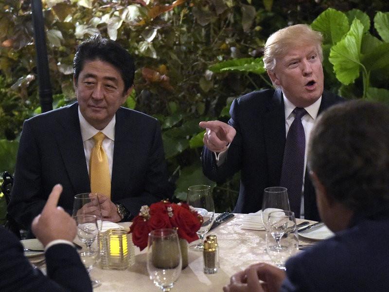 Tổng thống Mỹ Trump (phải) và Thủ tướng Nhật Abe tại khu nghỉ mát Mar-a-Lago tháng trước. Ảnh: AP