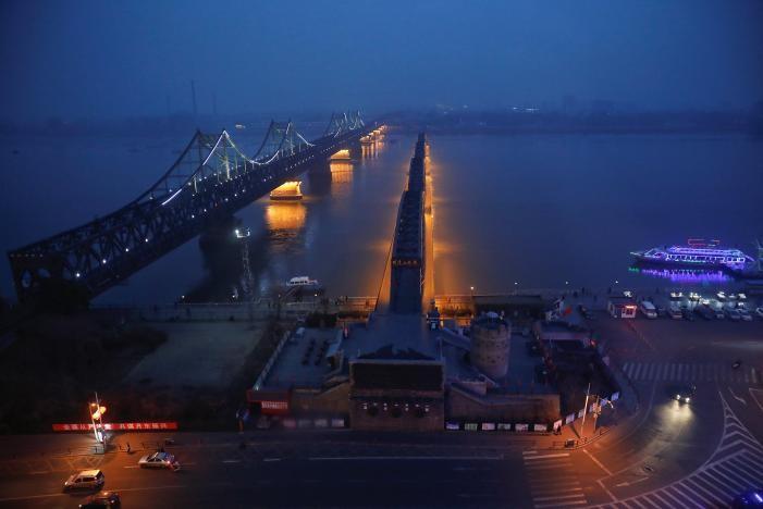 Hai cây cầu bắc ngang sông Yalu nối thị trấn Sinuiju của Triều Tiên và TP Đan Đông của Trung Quốc, ngày 30-3. Ảnh: REUTERS