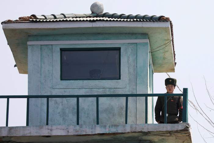 Lính biên phòng Triều Tiên canh gác tiền đồn dọc sông Yalu nhìn qua Trung Quốc, ngày 31-3. Ảnh: REUTERS