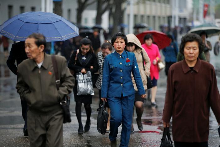 Người dân Triều Tiên trên đường phố Bình Nhưỡng ngày 14-4. Ảnh REUTERS