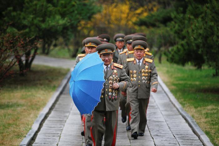 Quan chức quân đội Triều Tiên thăm quê hương của cố Chủ tịch Kim Nhật Thành ở quận Mangyongdae (Bình Nhưỡng) ngày 14-4. Ảnh: REUTERS
