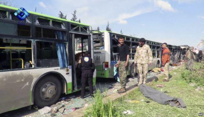 Đoàn xe chở dân đi sơ tán bị đánh bom ngoài Aleppo ngày 15-4 làm 126 người chết. Ảnh: AP