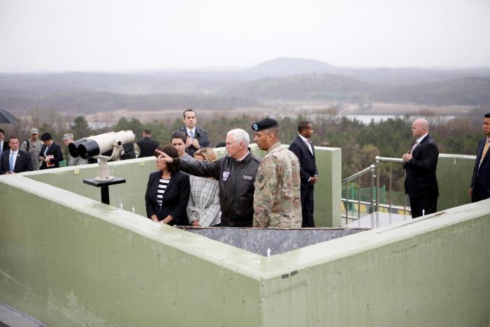 Phó Tổng thống Mỹ Mike Pence nhìn sang bên Triều Tiên tại một đồn quan sát của quân đội Hàn Quốc tại khu phi quân sự ở tỉnh Paju (Hàn Quốc) sáng 17-4. Ảnh: REUTERS
