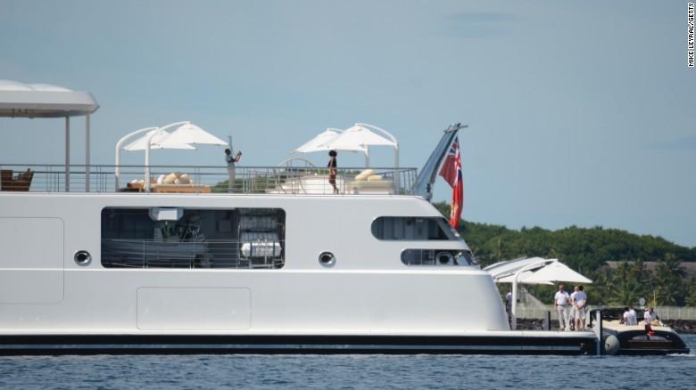 Cựu Tổng thống Obama dùng Ipad chụp hình cho vợ trên du thuyền. Ảnh: CNN