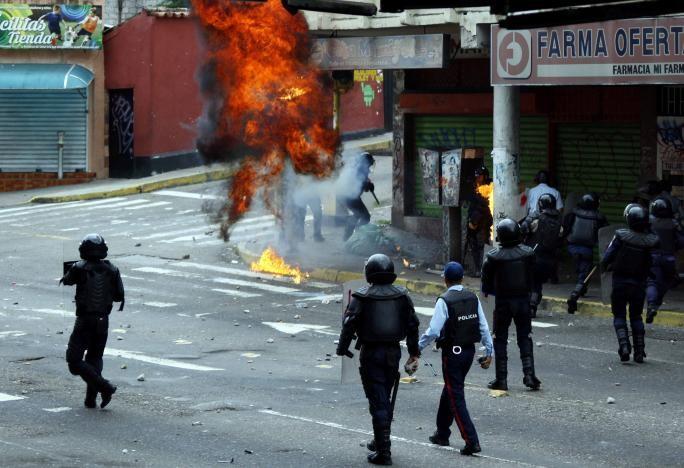 Người biểu tình xung đột với cảnh sát tại San Cristobal, tỉnh bang Bolivar (Venezuela) ngày 19-4. Ảnh: REUTERS