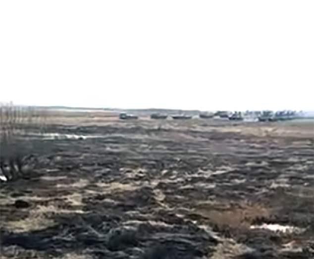 Đoàn xe quân sự Nga di chuyển về biên giới Triều Tiên. Ảnh: DAILY MAIL