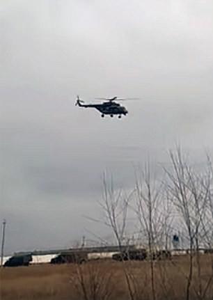 Trực thăng và xe quân sự Nga di chuyển về biên giới Triều Tiên. Ảnh: DAILY MAIL