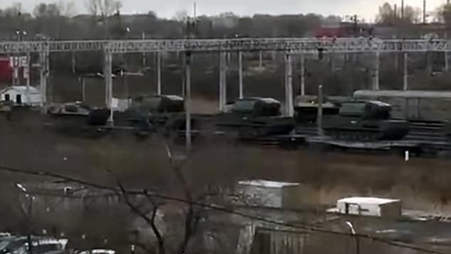 Xe quân sự Nga được di chuyển về biên giới Triều Tiên. Ảnh: DAILY MAIL