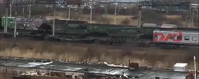 Xe quân sự Nga được tàu hỏa di chuyển về biên giới Triều Tiên. Ảnh: DAILY MAIL