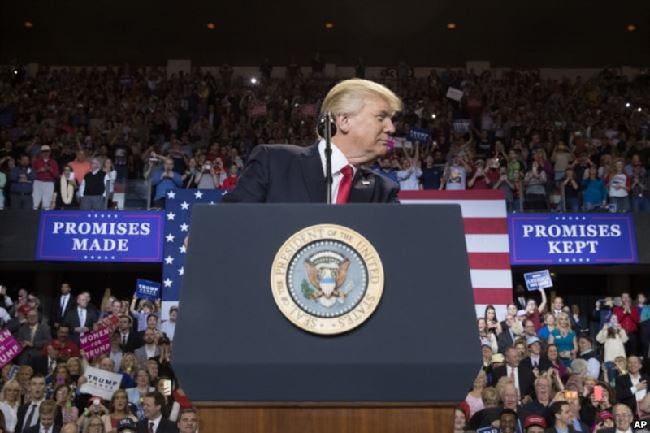 Điều cử tri Mỹ chờ đợi ở ông Trump là phát triển kinh tế và đời sống xã hội như đã hứa lúc tranh cử, chứ không phải đánh nhau với các nước. Ảnh: AP