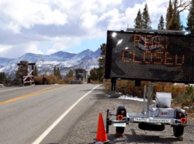 Biển báo công viên quốc gia Yosemite (Mỹ) đóng cửa thời điểm tháng 10-2013. Ảnh: CT MIRROR