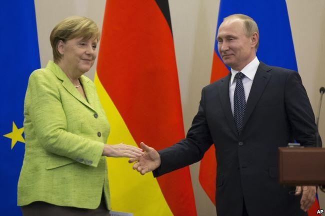Tổng thống Nga Putin (phải) và Thủ tướng Đức Merkel gặp nhau tại TP Sochi (Nga) ngày 2-5. Ảnh: AP