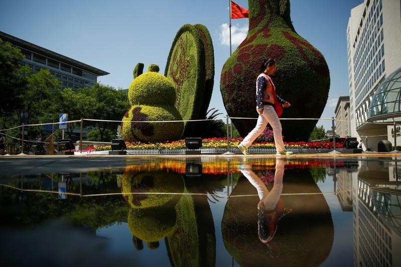 Hoa trưng bày trên đường phố Bắc Kinh đón mừng diễn đàn Vành đai và Con đường. Ảnh: REUTERS