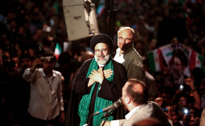 Ứng viên bảo thủ Ebrahim Raisi (giữa) và Thị trưởng Tehran Mohammad Bagher Ghalibaf (phía sau) cùng vận động tại đền thờ Imam Khomeini ở thủ đô Tehran ngày 16-5. Ảnh: AFP