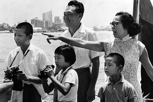 Gia đình cố Thủ tướng Lý Quang Diệu. Hàng đầu từ trái qua: Thủ tướng Lý Hiển Long lúc nhỏ và em gái Lý Vĩ Linh, em trai Lý Hiển Dương. Ảnh: ECONOMIST
