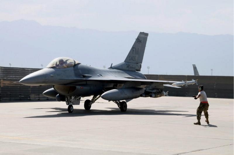 Máy bay chiến đấu F-16 Flying Falcon của không quân Mỹ tại căn cứ không quân Bagram (Afghanistan) ngày 11-8-2016. Ảnh: REUTERS