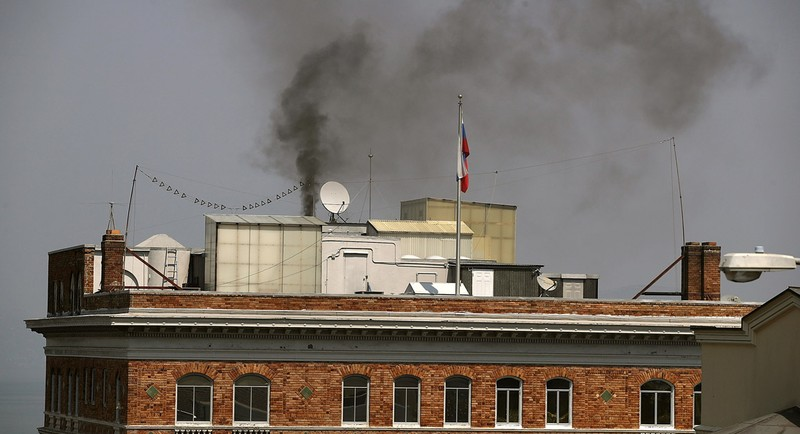 Khói bốc lên từ một ống khói trụ sở tổng lãnh sự quán Nga ở San Francisco, California (Mỹ) ngày 1-9. Ảnh: GETTY IMAGES