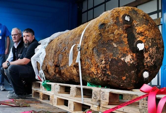 """Các chuyên gia tháo bom bên cạnh quả """"bom tấn"""" từ thời Thế chiến thứ 2 mà họ vừa tháo dỡ ngày 3-9. Ảnh: AP"""