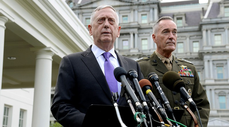 Bộ trưởng Quốc phòng Mỹ James Mattis (trái) cùng Chủ tịch Hội đồng Tham mưu trưởng quân đội Mỹ Joseph Dunford họp báo ra tuyên bố về Triều Tiên trước Nhà Trắng ngày 3-8. Ảnh REUTERS