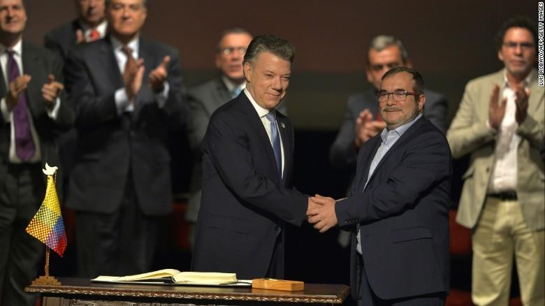 Tổng thống Colombia Juan Manuel Santos (trái) và lãnh đạo FARC Timoleon Jimenez trong buổi ký thứ hai thỏa thuận hòa bình lịch sử, tháng 4-2017. Ảnh: CNN
