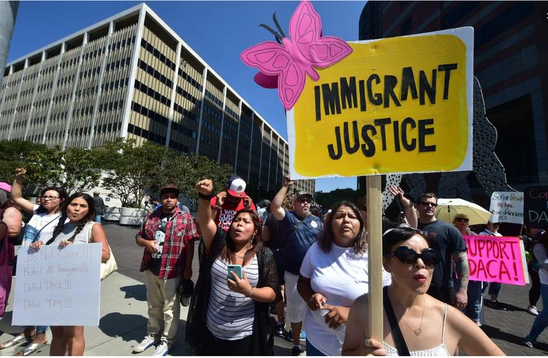 Ông Trump hủy chương trình hoãn trục xuất trẻ em - ảnh 1